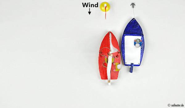 "Ablegen vom Motorboot: ""Klar zum Ablegen über Backbord?"" ""Ist klar!"" ""Fock back an Steuerbord und Leinen los!"""