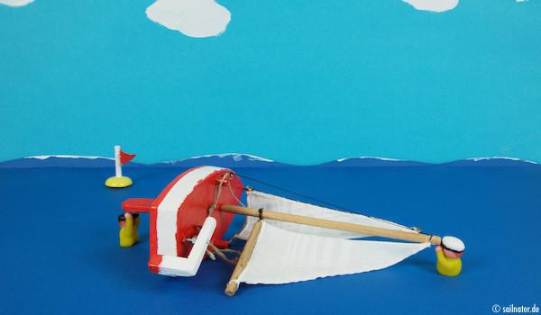 Das leichtere Crewmitglied schwimmt zum Schwert und hält sich daran fest!