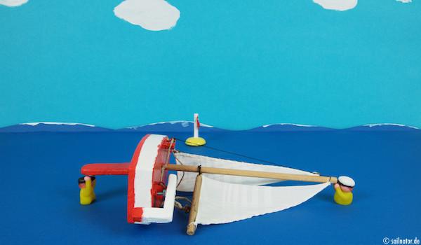 Die beiden drehen das Boot mit dem Bug in den Wind!