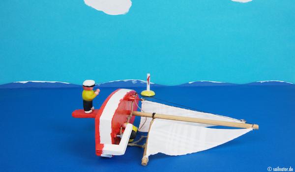 Das schwerere Crewmitlgied geht so weit nach hinten auf das Schwert, bis sich das Boot anfängt zu neigen!