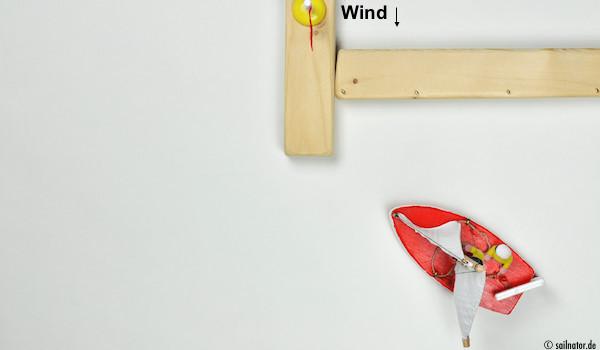 Der Wind drückt in die back gestellte Fock und damit nimmt das Boot Rückwärtsfahrt auf.