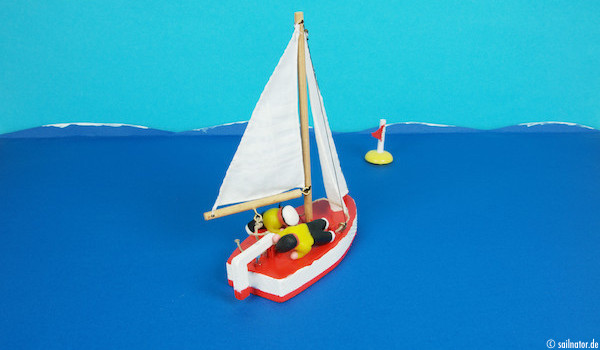 Das Boot hat sich aufgerichtet und es besteht Kentergefahr in die andere Richtung. Das leichtere Crewmitglied muss jetzt schnell nach dem Ruder greifen und das schwerere Crewmitlgied das Boot stabilisieren.